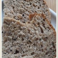 Teljes kiőrlésű tönkölyliszttel készült magos kenyér