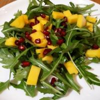 Rukkola saláta mangóval és gránátalmával